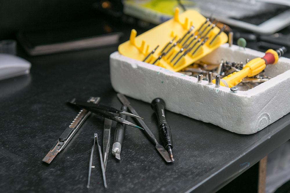 Часть инструментов для ремонта телефонов и ноутбуков