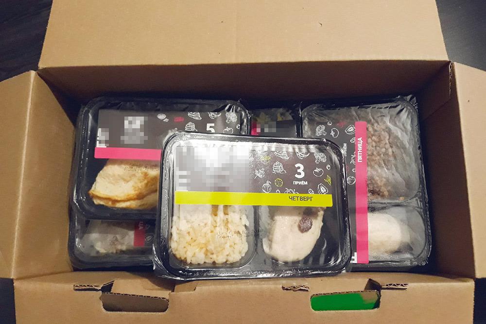 А вот что внутри: куриная грудка с булгуром, люля с гречкой, яичный блинчик с рикоттой и вялеными томатами и прочее. Надесять блюд — всего один овощной салат, зато несколько десертов