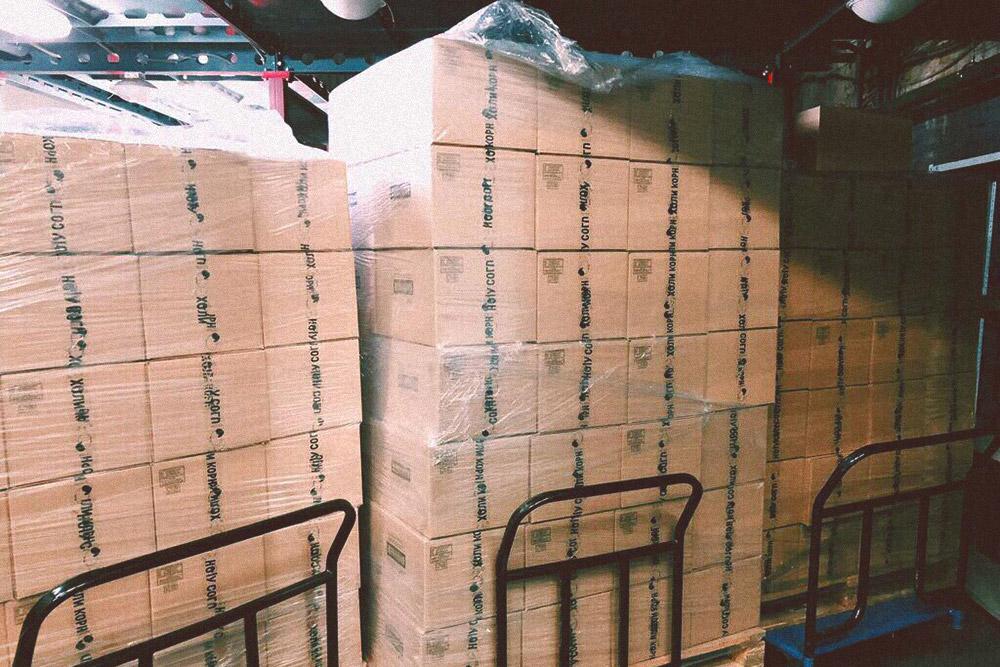 В таких коробках попкорн хранят на складе, чтобы потом отправить клиентам