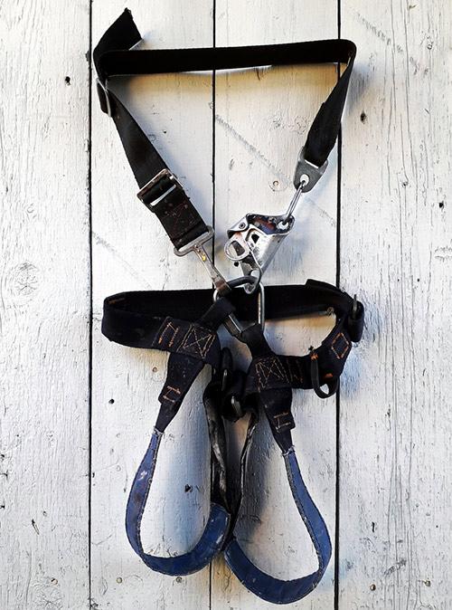 Старая спелеосистема с деталями от парашютной