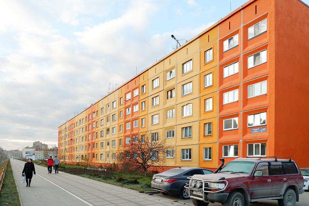 Дома в Южно-Сахалинске с цветными фасадами