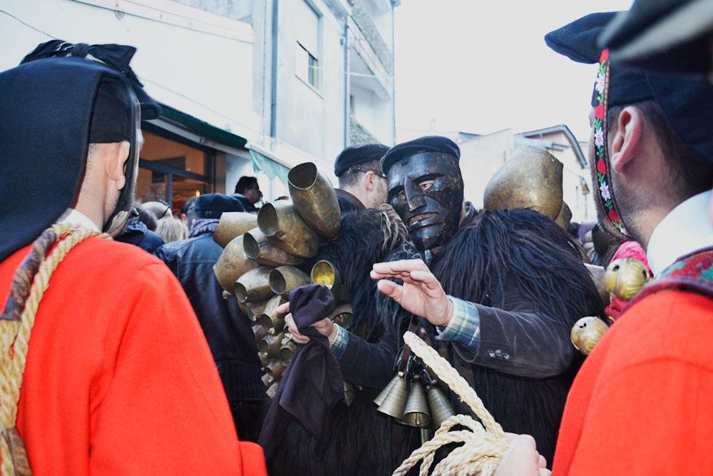 Карнавал в Мамояде проходит каждый год в начале января. Фото: Giovanni Musio / Flickr