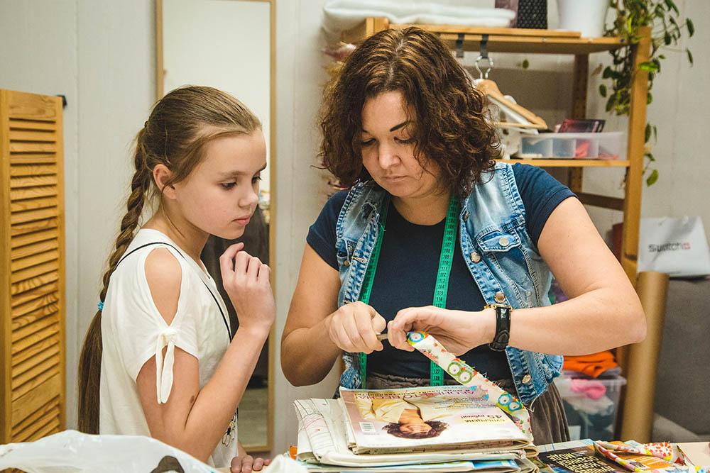 Преподаватель показывает, как сделать ручку для сумки