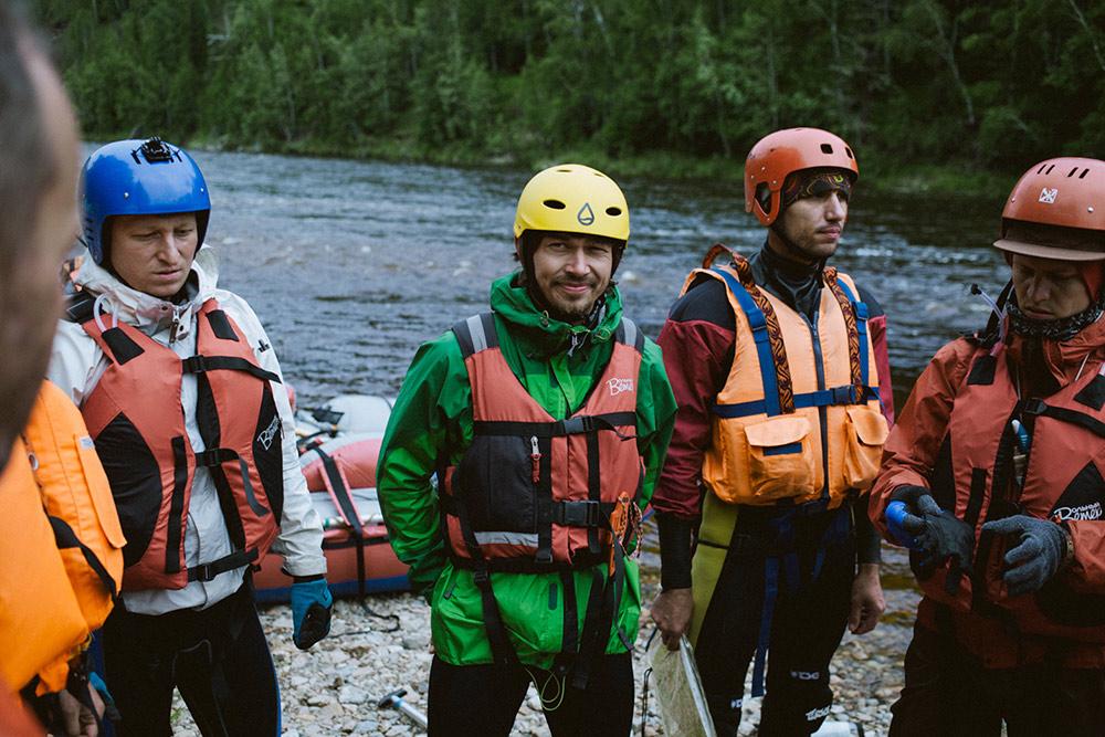 У походника Саши Костюкова (в желтой каске), с которым сплавлялся я, правило простое: после трех походов выходного дня команде можно идти на реку 1 категории сложности