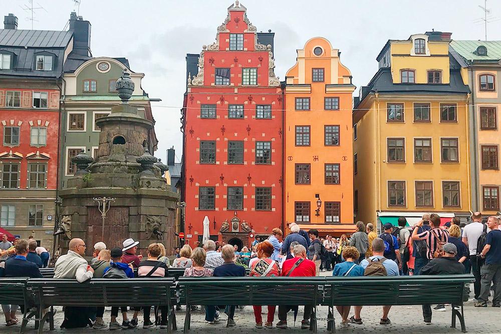 500 лет назад датский король Кристиан Второй казнил на Стурторьет сто человек. По одной из легенд, 92 белых камня поместили на фасад красного дома, чтобы напоминать людям о том кровавом событии
