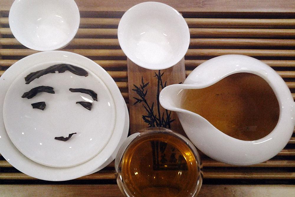 На чабани расставлена посуда для чайной церемонии. Справа чахай — открытый чайник, похожий на молочник. Слева гайвань — емкость, куда насыпают сухой чай, любуются листом, вдыхают аромат, будят чай. По центру стеклянная пиала с двойным дном, чтобы не обжечься горячим чаем
