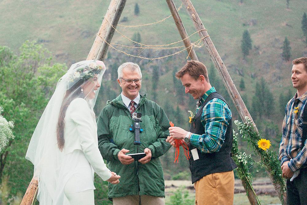 Мы поженились в Айдахо на ранчо, куда можно было добраться только на катерах по еще полноводной в мае горной реке. Церемонию провел коллега моего мужа