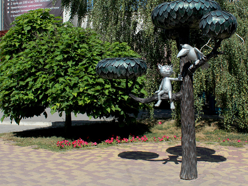 Памятник Котенку с улицы Лизюкова на улице Лизюкова. Туристы часто приходят сюда и фотографируются на память. Чтобы сделать это фото утром в воскресенье, я отстоял 10 минут в очереди, и за мной было еще 4 человека. Но улица Лизюкова не центральная и, кроме памятника, она ничем не примечательна. Поэтому я советую ехать сюда, только если вам по дороге
