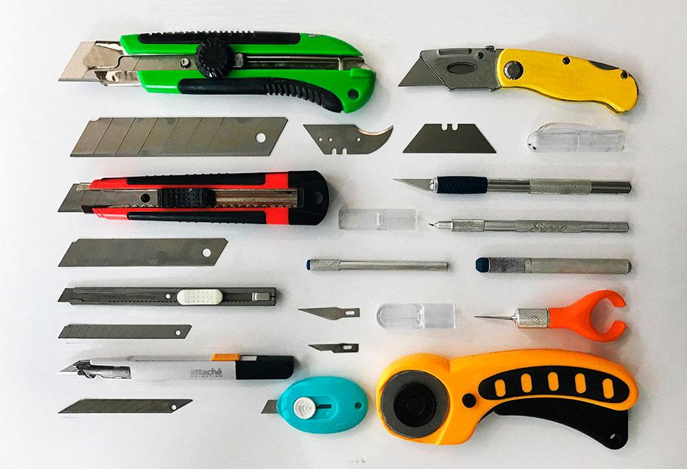 Ножи для разрезания трафарета. Еще в арсенале Филиппа есть электролобзик, напильники и дрель — чтобы работать, например, с пластиком