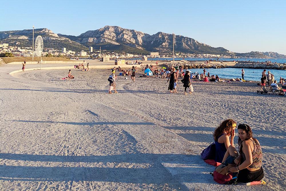Это городской пляж в восьмом районе Марселя. Пляж обустроен, есть раздевалки и туалеты, пространство охраняется с 9 до 18 часов. Тут нельзя курить и пить алкоголь