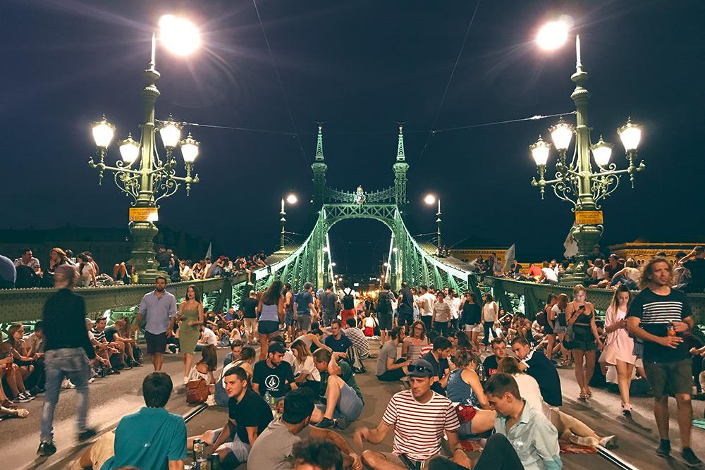 Жители Будапешта на мосту Свободы во время фестиваля Сабихид (Szabihíd) в 2019году