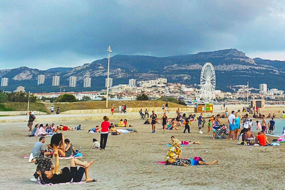 Это пляж в октябре перед грозой, но кого это пугает