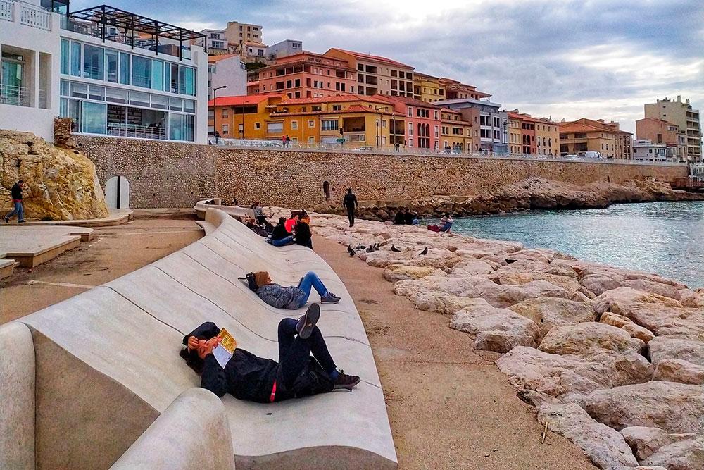 Это еще один городской пляж, ближайший к центру. Тут сделали классную зону отдыха