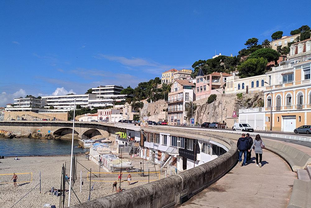 Солнце в Марселе — норма, независимо от времени года. Одни люди в декабре проводят время в плавках на пляже, другие гуляют в пуховиках по набережной