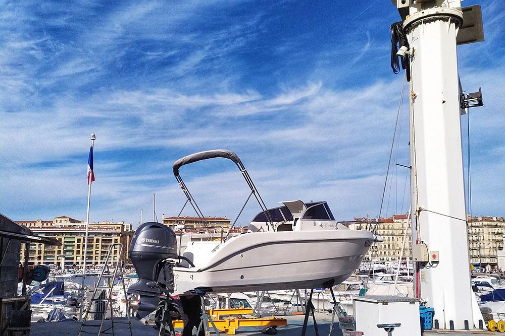У многих жителей есть яхты, которые они будут рады предоставить вам в аренду даже с водителем, лишь бы окупить стоимость парковки в бухте Старого порта