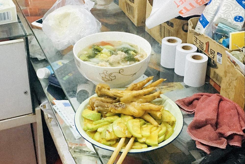 Так ужинают обычные китайцы — массажисты в салоне. Куриные лапы тут едят с удовольствием