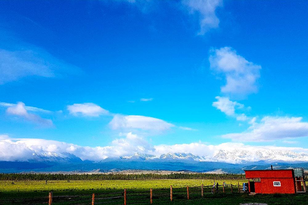 Турбаза в селе Курай и вид на горы. Там, наверху, — высокогорное Голубое озеро, кедровый лес, множество водопадов. Когда-нибудь надеюсь туда добраться