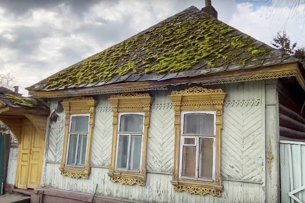 В Брянске много домов, которые были построены еще в середине 20 века. В таких хибарах нет воды и света. Из удобств — туалет на улице и дровяное отопление
