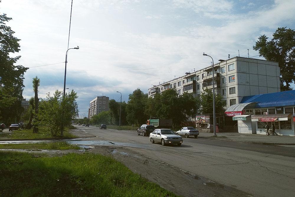 Это дома в Ленинском — самом старом районе Челябинска. В такой же панельной пятиэтажке я жил 10 лет, пока не переехал. Сейчас квадратный метр в таком доме стоит около 35 тысяч рублей