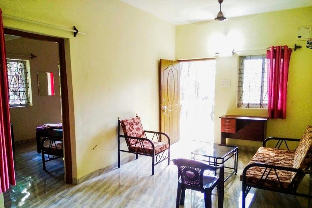 Владельцы, видимо, задумывали просторную прихожую как гостиную, но мы сдвинули всю мебель и хранили там чемоданы. В квартире мы только ночевали и принимали душ