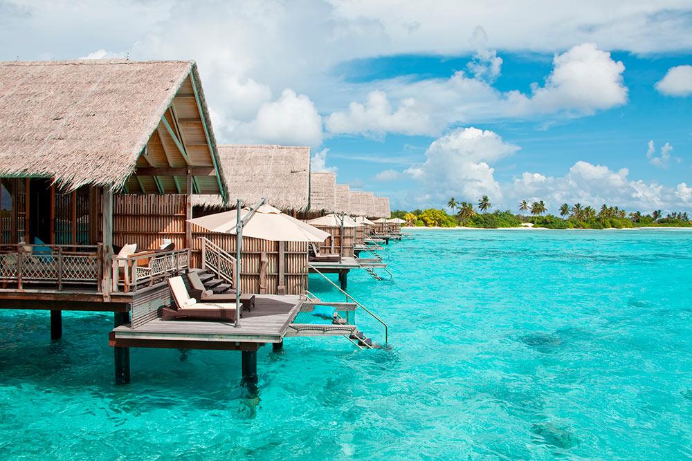 Визитная карточка Мальдив — виллы на воде. Их можно увидеть только на островах-резортах. Фото: Ambito / Shutterstock
