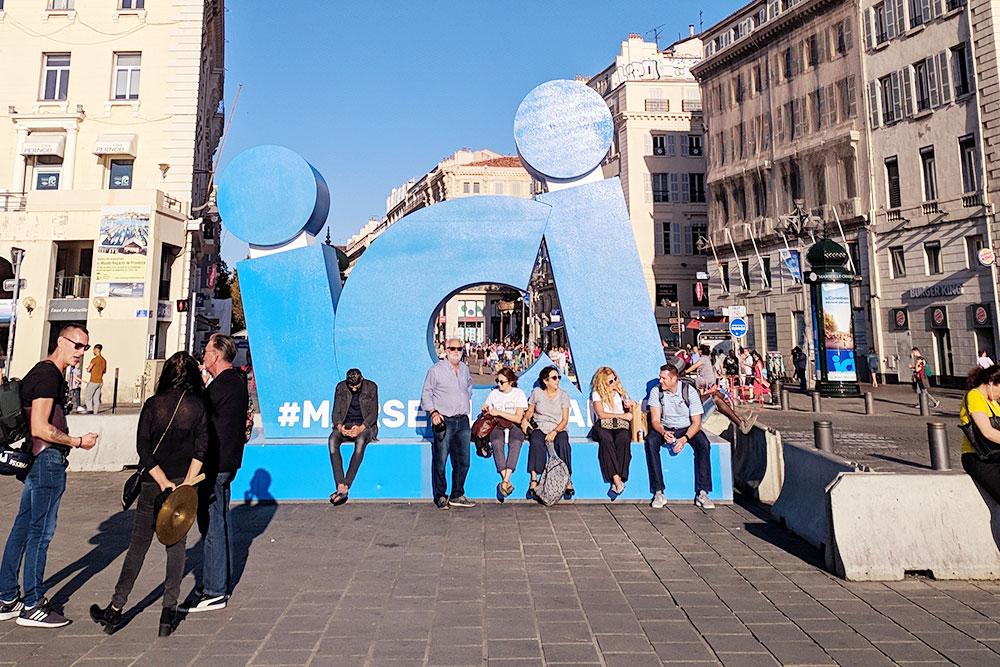 Власти города пытаются сделать какие-то объекты дляфотографирования туристов. Но обычно их используют как скамейки, потому что с сидячими местами в центре туго: они есть, но их мало