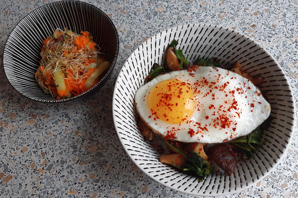 Пибимпаб — корейский рис с овощами. Стоимость порции — 139<span class=ruble>Р</span>