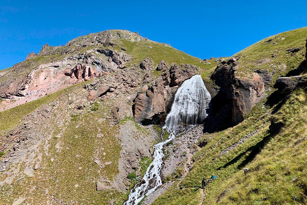 Водопад Девичьи Косы полноводнее всего весной, когда тают снега и вода с ледников устремляется вниз. Летом и осенью воды чуть меньше, а зимой здесь все в снегу и во льду