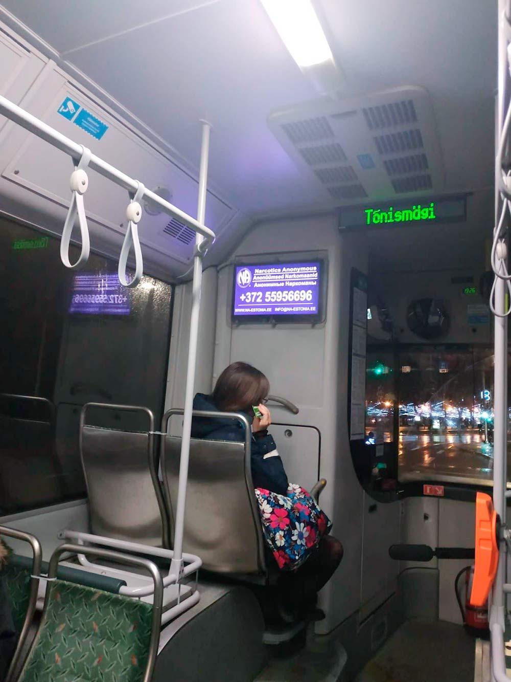Реклама наркологического центра на английском, эстонском и русском языках в автобусе