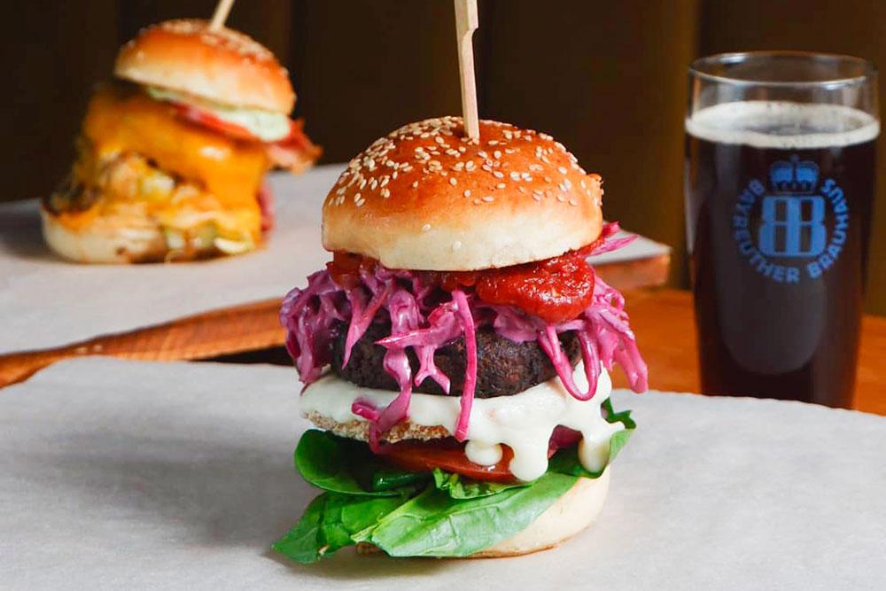 «Николетт» — бургер без мяса с котлетой из риса и грибов. Мы посвятили его знакомой, которая помогала с дизайном интерьера. Ее зовут Ника, она вегетарианка и не ест мясо