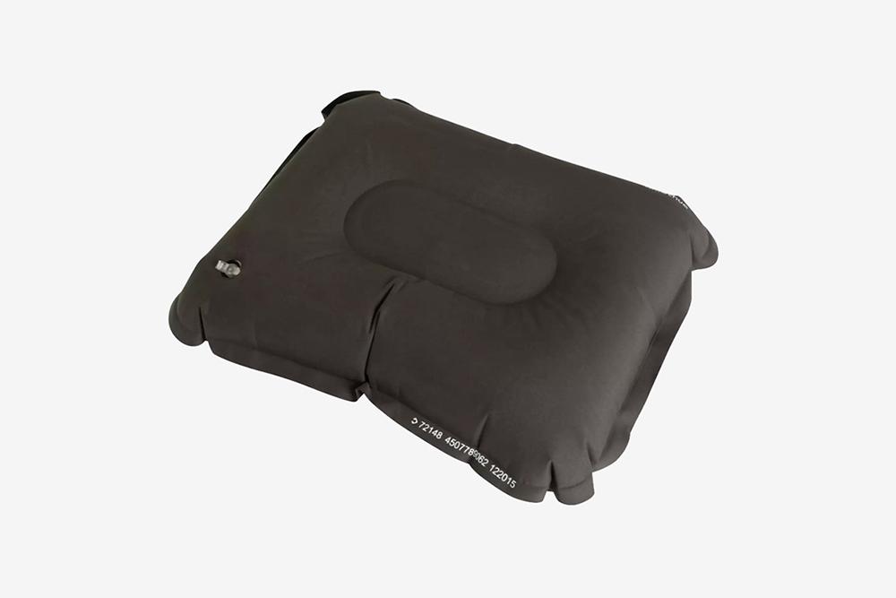 Надувная подушка за 300<span class=ruble>Р</span>. С такой спать все-таки удобнее, чем просто на земле. Фото: Декатлон