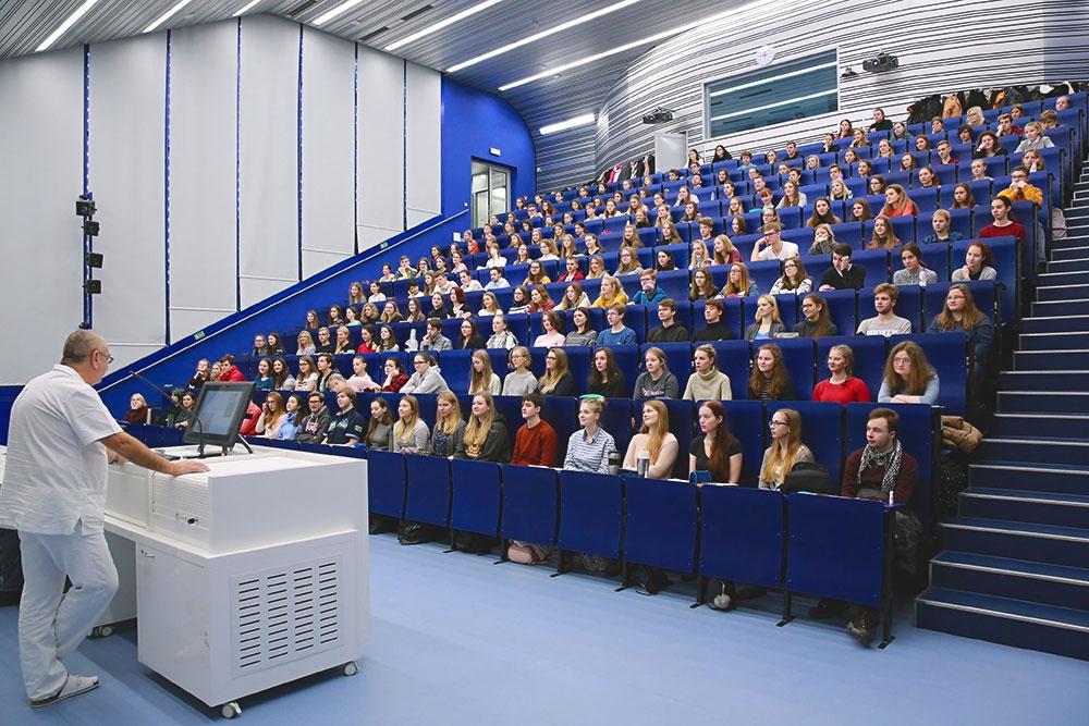 Большинство лекций для всего первого курса проходит в большой аудитории: анатомия и биология по утрам и физика по вечерам