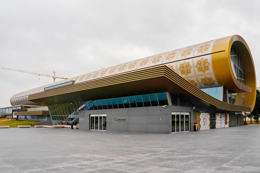 Здание, куда несколько лет назад переехал Музей ковра, спроектировано австрийским архитектором в форме свернутого ковра
