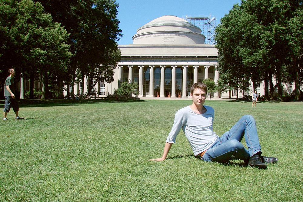 За спиной у меня The Great Dome — самое известное здание MIT. Там у нас были занятия по дизайну, инжинирингу, производственным технологиям, машиностроению, методам конечных элементов в расчетах и экономическим принципам запуска стартапов