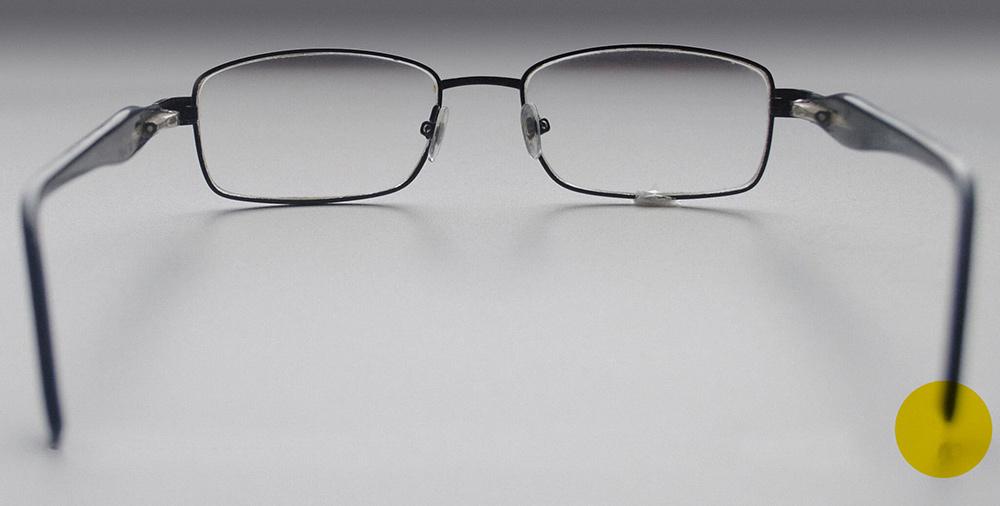 Один заушник повис в воздухе — оправа несимметричная, либо очки лежат не на ровной поверхности