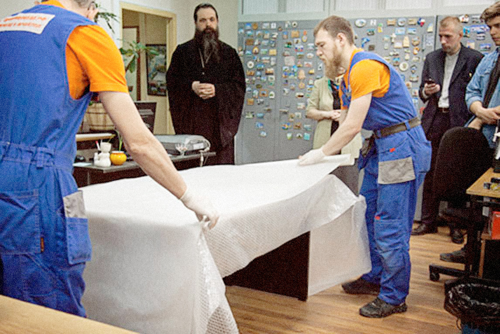 По этому фото вам может показаться, что перед каждым заказом грузчика благословляет святой отец. Увы, это не так