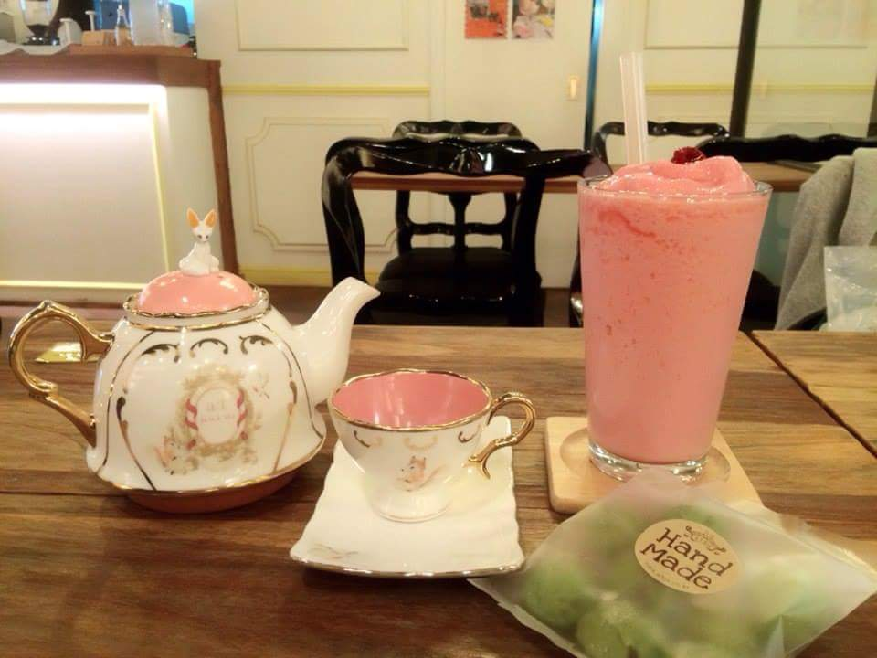 «Винтажное кафе». Здесь подают чай и десерты, а заодно продают корейскую косметику марки «Эй-ти-фокс» Ее делают владельцы кафе