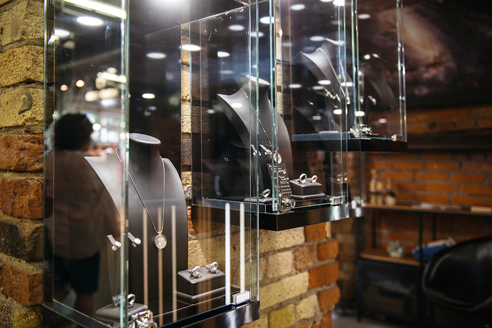 Сегодня в магазине продают кулоны, кольца, серьги и браслеты — от 2490рублей за подвеску из необработанного осколка до 44 990рублей за запонки в серебряной оправе
