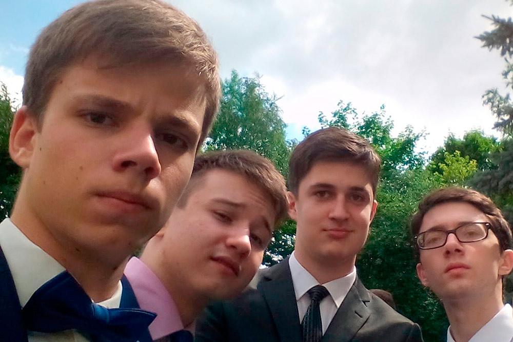 Будущие студенты МГУ на выпускном