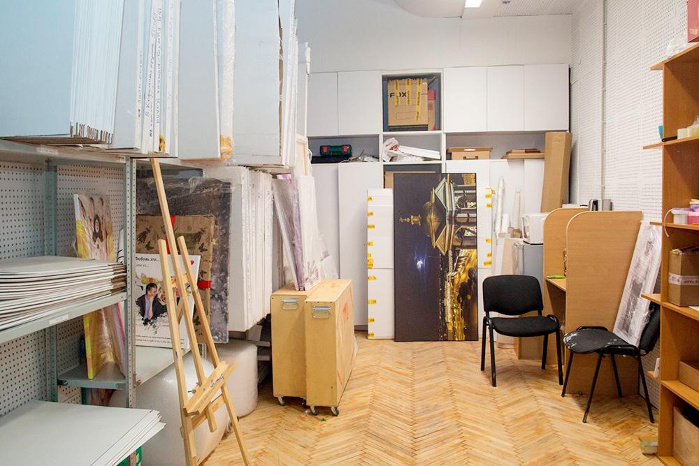 На складе лежит до 180готовых картин, в основном пробы или то, что не выкупили клиенты. Если картина нужна срочно, можно забрать готовую из тех, что уже есть