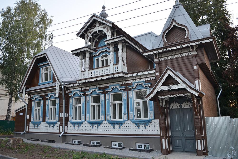 Один из немногих старых домов, которые удалось сохранить, полностью перестроив. Историческим остался только фасад