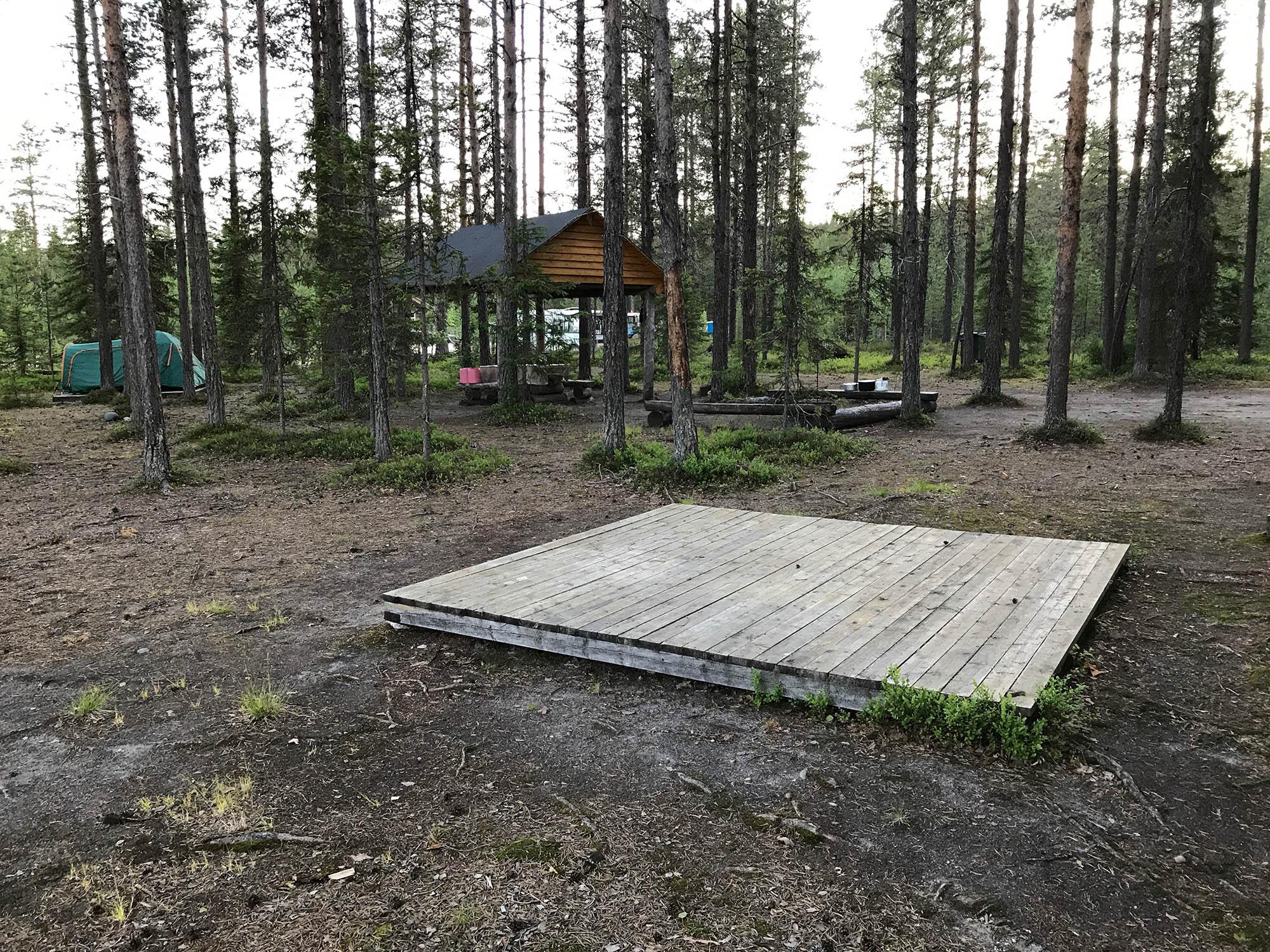 Место для палатки «Оланга 2». Ее ставят не на землю, а на деревянный настил. Если пойдет дождь, палатка не уплывет. Рядом есть парковка