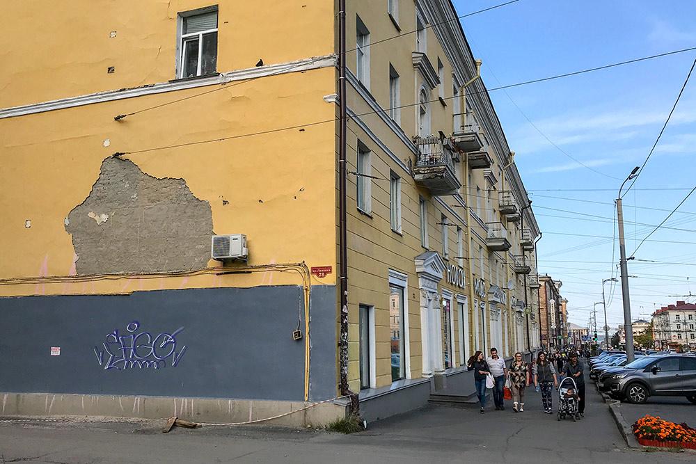 С дома на проспекте Ленина облезает штукатурка