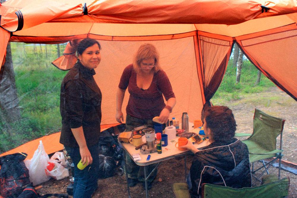 Если палатка — это дом, то шатер — что-то вроде летней веранды: забегаем туда перекусить и пообщаться