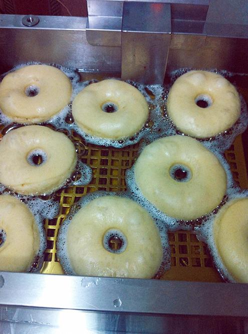 Пончики вырезали из теста с помощью формы