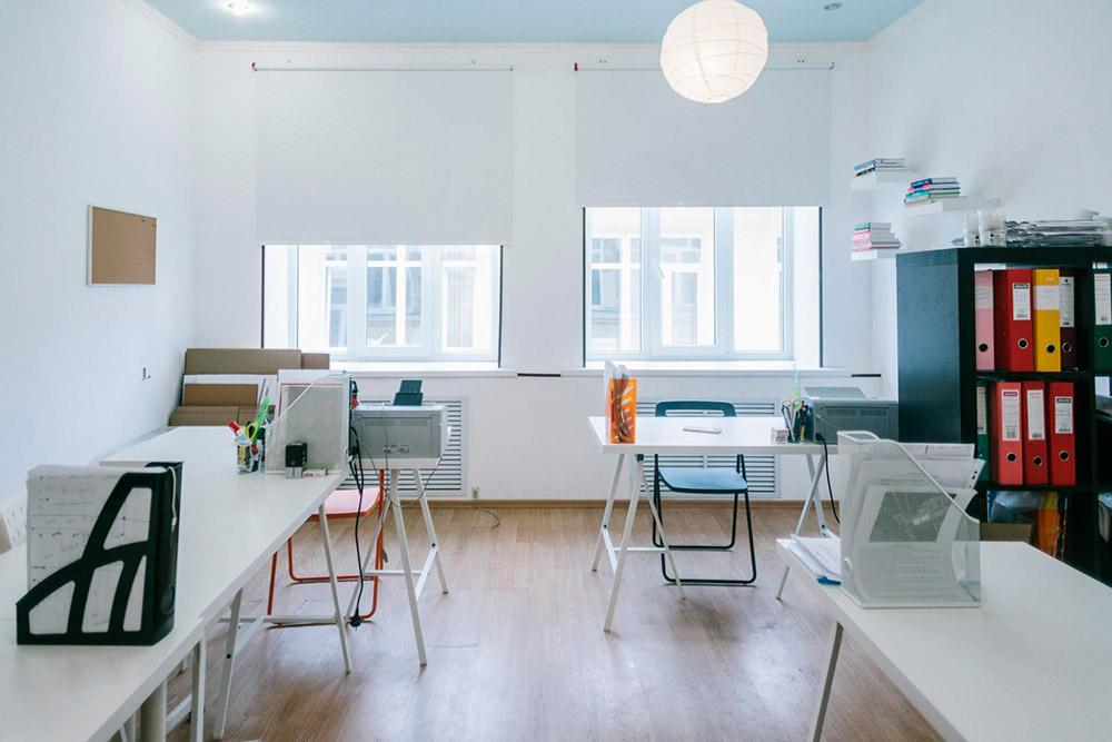 Ремонт в офисе сделали сами: пробили дверь между двумя кабинетами, покрасили стены, поменяли люстры и жалюзи. На это ушло 20 тысяч рублей. От первоначального варианта остались только потолок и пол