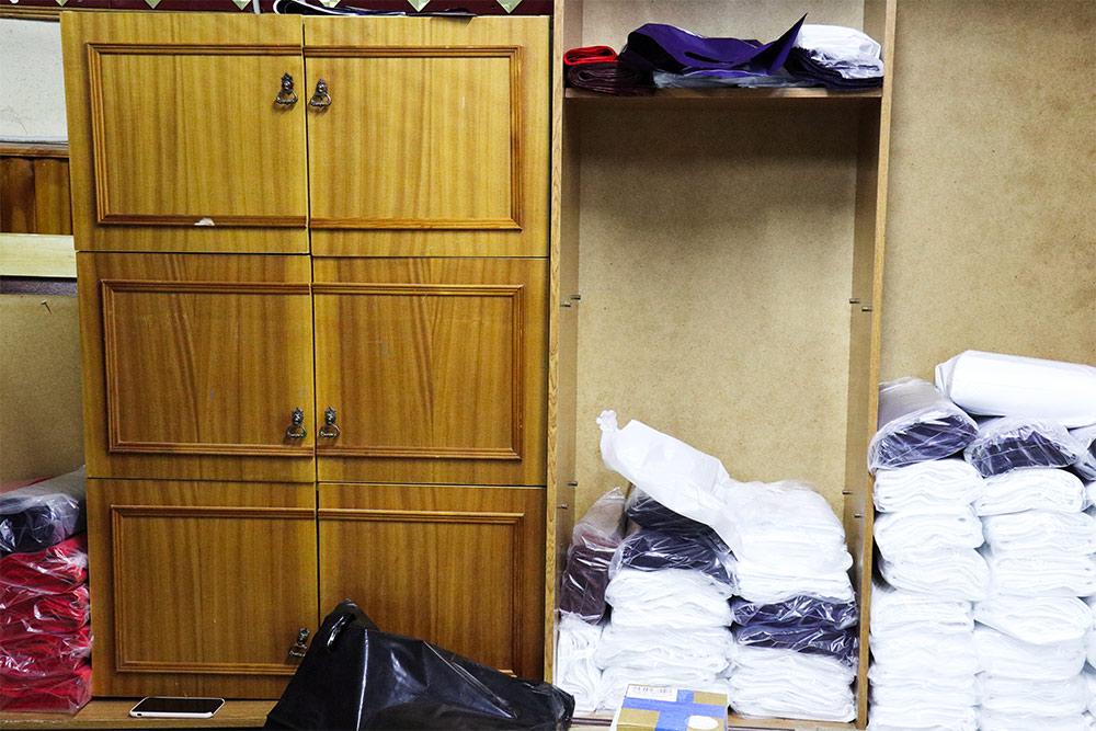 В производственные помещения ребята покупают б/у мебель. Иногда — советских времен. В столах, например, много ящичков, куда удобно складывать календари. А эти шкафы Тойво отдала его мама. Им больше 30 лет