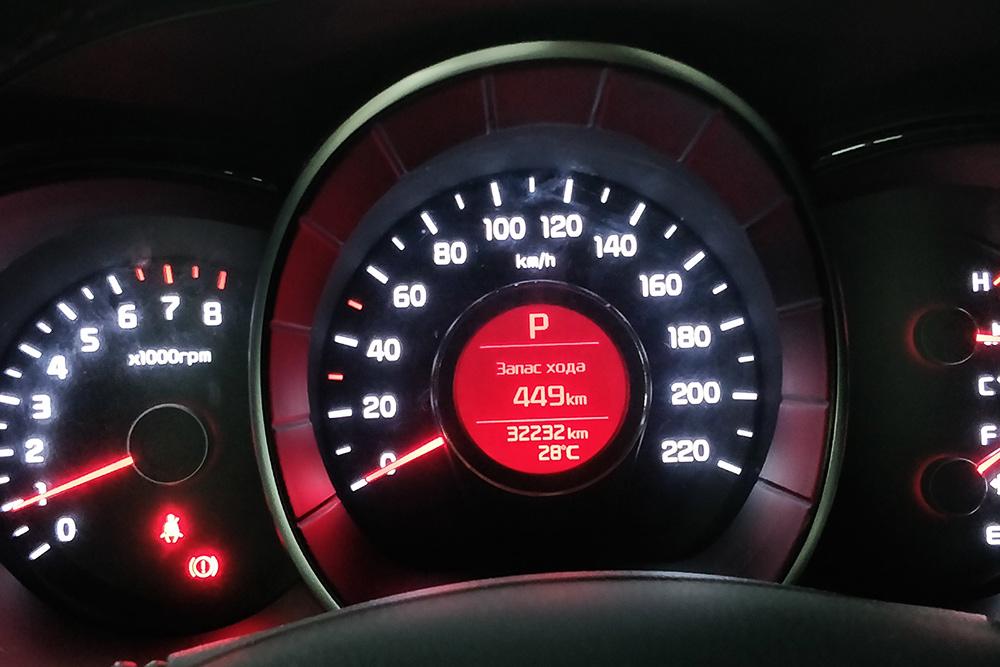 Вернуть машину надо было через неделю с тем же количеством бензина, с которым ее получил. Смотрят по приборам — показаниям стрелки уровня топлива в баке и данным по запасу хода
