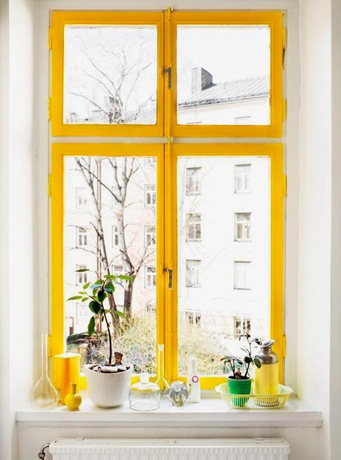 Пинтерест — кладезь идей дляинтерьера. Там мне попалась вот эта картинка, и одно окно я тоже покрасила в желтый цвет