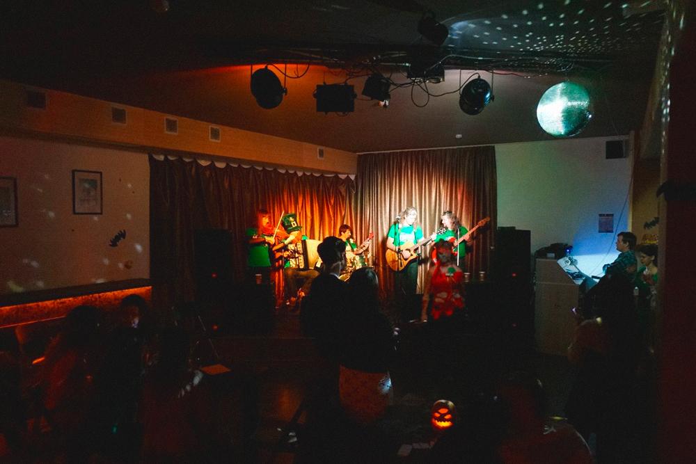 Концерт «Спиритуал Сизонс»: столики заняты, но на танцполе все свободно